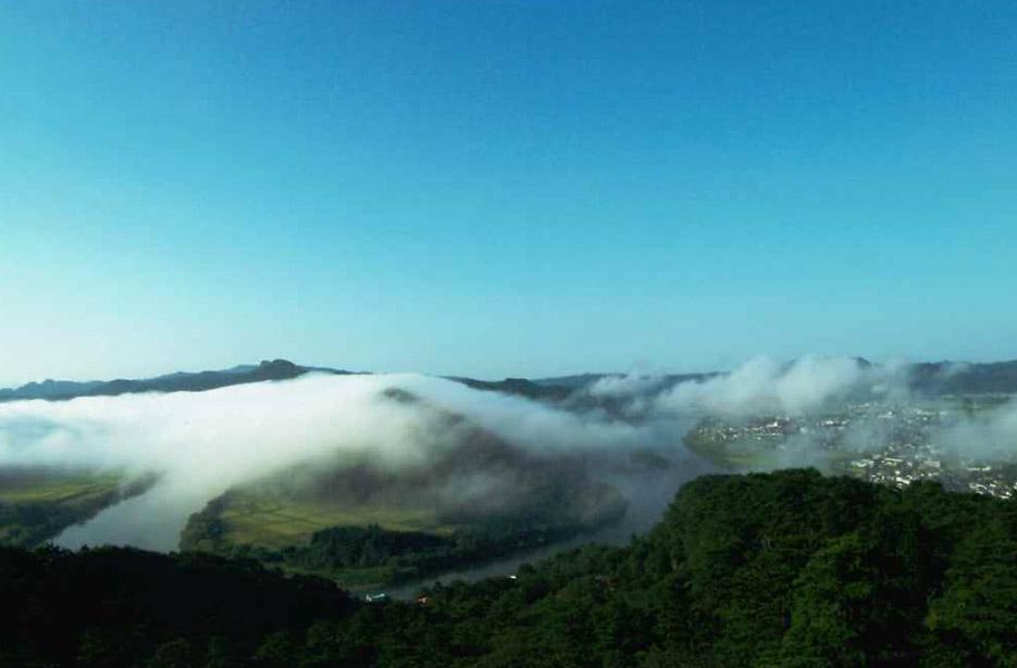 秋田県能代市二ツ井町の七座山と米代川